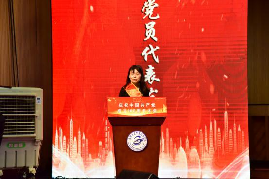 优秀党员代表黄李发言