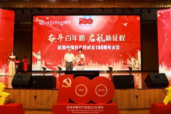"""金伟国为颁发""""光荣在党50年""""纪念章"""
