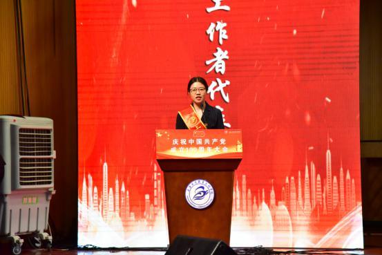 优秀党务工作者代表申丽华发言