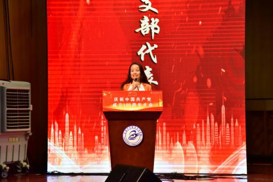 先进党支部代表朱燕发言